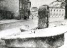 Abgestellte Brunnenschale vom Wielandplatz. Foto: Stadtarchiv Weimar, Sammlung Schindler, 60 10-5/4 (589/51)